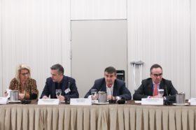 Επίσημο πρόγευμα (κλειστή συνάντηση εργασίας) με θέμα «Προτεραιότητες στη διαχείριση της ιατρικής τεχνολογίας» Με σειρά εμφάνισης από αριστερά προς τα δεξιά η κα. Θεανώ Καρποδίνη, Αντιπρόεδρος, ΕΟΠΥΥ, ο κ. Γιάννης Κωτσιόπουλος, Γενικός Γραμματέας Υπουργείου Υγείας, ο κ. Αιμίλιος Νεγκής, Δημοσιογράφος, Συντάκτης και Διευθυντής του Virus.com.gr και ο κ. Βασίλης Κοντοζαμάνης, Υφυπουργός Υγείας